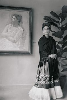 Frida Kahlo, a Picasso and a fiddle leaf fig tree - Modern Diego Rivera, Natalie Clifford Barney, Frida E Diego, Frida Art, Selma Hayek, Fridah Kahlo, Mexican Artists, Famous Artists, Belle Photo