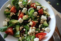 Simpele salade met pijnboompitten eetclean.nl Kung Pao Chicken, Cobb Salad, Salads, Food And Drink, Ethnic Recipes, Drinks, Drinking, Beverages, Drink