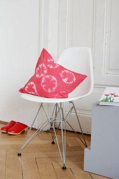 Beispiele und Anleitungen fürs Stoffefärben mit der Batik und Shibori Technik - für Kissen, Tischdecken oder Kleidung!