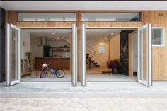土間リビングの家(筑西の家)  敷地は、筑西市の中心市街地、歴史的な建築物も近隣に建ち並ぶ住宅地に位置します。 若いご夫婦と二人の子供達のための家。 1階と2階は吹き抜けにより繋がり、動線突き当たりの落ち着いた位置にある主寝室は、L字に張り出した形状とすることで、リビングと視線が重なる位置関係となっています。一体的な空間で構成することにより、互いの気配を感じることが出来る家、意外と短い家族全員で過ごす時間�%