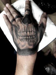 Best Skull Tattoos On Hand — Hand Tattoos Design Girl Thigh Tattoos, Skull Girl Tattoo, Skull Tattoos, New Tattoos, Print Tattoos, Knuckle Tattoos, Finger Tattoos, Wolf Tattoo Sleeve, Sleeve Tattoos