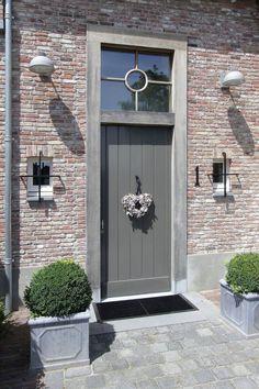 Projecten | Rooijakkers Bouwbedrijf... Exterior Paint Colors, Exterior Design, Brick Detail, Cottage Door, House Front Door, Painted Front Doors, Entrance Doors, Exterior Doors, House Painting