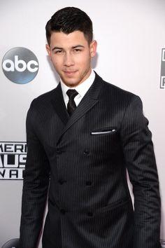 Pin for Later: Seht hier alle Stars auf dem roten Teppich bei den American Music Awards! Nick Jonas