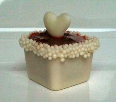 Caixinha de chocolate com recheio de coco e cobertura de geléia de morango caseira        Apesar de não ser mais novidade a mini caixinha ...