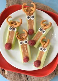 This season we are taking the classic Ants on a Log snack and throwing a holiday twist on it with these Peanut Butter Celery Reindeer Sticks! food recipes thanksgiving Peanut Butter Celery Reindeer Sticks - Fork and Beans Christmas Party Food, Holiday Snacks, Xmas Food, Snacks Für Party, Christmas Cooking, Christmas Desserts, Holiday Recipes, Christmas Foods, Holiday Appetizers
