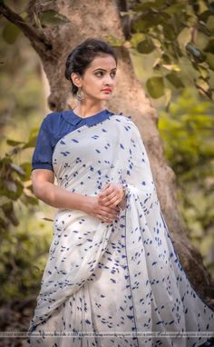 Mulmul Cotton sarees: free COD WhatsApp can find Blouse designs and more on our website. Saree Jacket Designs, Cotton Saree Blouse Designs, Fancy Blouse Designs, Saree Blouse Patterns, Stylish Blouse Design, Saree Trends, Saree Look, Boutique, Chiffon Saree