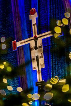 Głębia krzyża. Ikona krzyża w blasku świątecznego wystroju w kościele św. Dominika na warszawskim Służewie, fot. Sławomir Skrzeczyński #dominikanie #warszawa #służew #konkurs #4poryroku