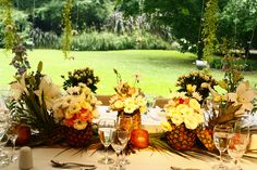 Mesa de los novios, con piñas de ananá y flores. Estancia la linda.  AMBIENTACIONES CASA DEL SOL