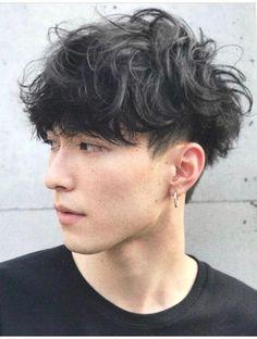 Clique na foto e confira outros cortes de cabelo masculino. Korean Haircut Men, Korean Men Hairstyle, Korean Hairstyles, Anime Boy Hairstyles, Man's Hairstyle, Japanese Men Hairstyle, Boys With Curly Hair, Curly Hair Men, Curly Hair Styles