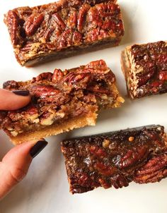 Date Caramel Pecan Pie Bars - Paleo - Pecan Recipes Pecan Bars, Maple Pecan Pie, Caramel Pecan Pie, Healthy Pecan Pie Recipe, Vegan Pecan Pie, Pecan Recipes, Paleo Recipes, Pecan Desserts, Vegetarian Cooking