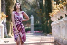 Vestido estampado confeccionado en crepé texturizado con detalles de rafia en cintura y corte asimétrico en escote. Diseñado por Salva Sanleón