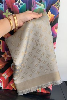 Foulard Louis Vuitton, Louis Vuitton Handbags, Louis Vuitton Monogram, Lv Scarf, Scarf Wrap, Gucci, Gold Fashion, Fashion Shoes, Scarf Design