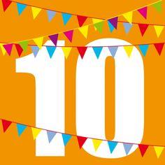 Knallige Einladung zum Kindergeburtstag in Orange mit Zahl 10 und bunten Fähnchen.