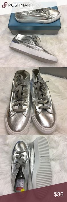 Nine West NWalvin Leather Upper Size 9 NEw , silver color,gloves soft leather,lightweight.I payed $59 on sale Nine West Shoes