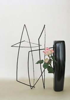 Black willow and two roses - An arrangement outside the vase - Roadside Ikebana - Christopher - October 2012 Ikebana Flower Arrangement, Ikebana Arrangements, Floral Arrangements, Art Floral, Ikebana Sogetsu, Two Roses, Organic Structure, Vases, Japanese Flowers