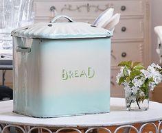 pretty vintage enamel bread box Kitchen Stuff, Kitchen Ideas, Kitchen Design, Vintage Enamelware, Vintage Kitchenware, Vintage Bread Boxes, Cake Carrier, Living Vintage, Bread Bin