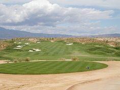 Alhama Golf Resort PAR 72 GUL 6 059 M RÖD M GRUNDAD 2008 DESIGN JACK NICKLAUS  Det här är en lång och spektakulär bana som löper mellan fem stora sjöarna. Banan har runda tees boxar, breda fairways och snabba greener. Totalt finns 116 bunkrar fyllda med vit kvartssand. Banan är en stor utmaning för såväl proffs som amatör. Vill man ha en riktigt utmaning kan man spela från vit tee som mäter hela 6 884 meter