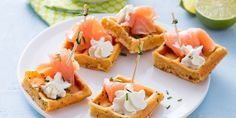 Mini gaufres au saumon fumé et à la chantilly au citron vert Vol Au Vent, Canapes Salmon, Tea Party Sandwiches, Brunch, Party Finger Foods, Minis, Picnic Foods, Appetizers For Party, Snack