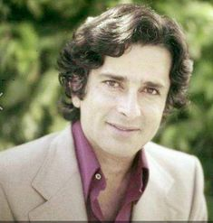 Remembering Shashi Kapoor on his 1st death anniversary. (04/12)
