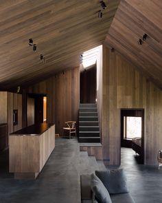 On est friand des réalisations du studio d'architecture basé à Oslo, Lund Hagem. Ce projet récemment terminé est celui d'une charmante maison de vacances posée sur une base en béton pour la protéger de l'hiver et dont l'enveloppe extérieure se compose de bois noirci. La propriété se trouve sur un site qui offre à ses propriétaires une vue panoramique sur la vallée de Geilo. Sa haute altitude signifie que la cabine est exposée à un temps hivernal rude et à de fortes chutes de neige, de…