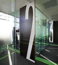 Porta pivotante em um projeto corporativo.  Fotografia: http://www.decorfacil.com/portas-pivotantes/