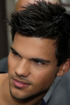 ah! this picture of him makes my brother look like him even more! how creepyy!! but i still Love Taylor <3