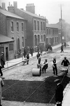 Working on Queen Street Old Pictures, Old Photos, Old Street, History Photos, Local History, Britain, Buildings, Landscapes, The Past