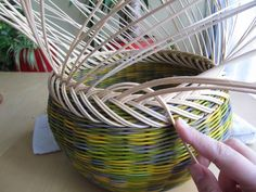 16) Zavírka Farah1 - Pedig a košíky Basket Weaving Patterns, Paper Basket, Recycled Furniture, Diy And Crafts, Recycling, Projects To Try, Baskets, Rolled Paper, Craft