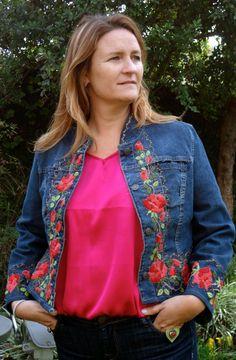"María Cielo: Campera de jean bordada ""Las Dumas"" Denim Jacket Embroidery, Embroidered Denim Shirt, Embroidery On Clothes, Embroidered Clothes, Denim And Lace, Umgestaltete Shirts, Denim Ideas, Shirt Refashion, Patchwork Dress"