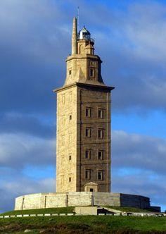 Torre de Hércules. A Coruña, Galicia, España.  Es el faro más antiguo del mundo en funcionamiento.  Desde arriba de todo tienes unas preciosas vistas de la ciudad y sus alrededores.