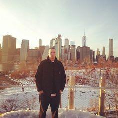 Es posible que el personaje que está ahí en medio (véase yo) estropee la foto pero queda constancia de mi amor por esa ciudad.