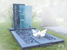 Grafmonument met vlinders van RVS Cemetery Monuments, Cemetery Art, Plaques Funéraires, Tombstone Designs, Cemetery Decorations, Funeral Planning, Funeral Ideas, Memorial Flowers, Cemetery Flowers