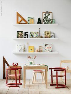 MOSSLANDA tavelhylla, LÄTT barnbord med 2 stolar, TIDVATTEN vas, FLISAT barnpall, MÅLA färgpenna, röda IKEA vintagestolar från 60-talet.