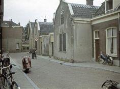1962. Gezicht in de Bloemstraat te Utrecht met de huizen nrs. 52-lager; rechts een gedeelte van het huis nr. 54.
