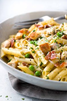 One Pan Chicken Carbonara Penne Pasta- A comforting classic Italian pasta recipe! Tender penne noodles tossed in a luscious parmesan sauce with bacon and cheese. Pasta Carbonara, Chicken Carbonara Recipe, Penne Pasta Recipes, Italian Pasta Recipes, Pasta Dishes, Penne Pasta Salads, Chicken Penne Pasta, Pasta Lunch, Gastronomia