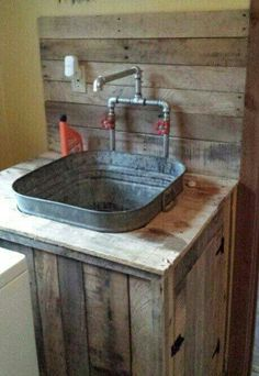 Better idea for laundry room utility sink. Next project on the list: Utility sink built from pallet wood and an old wash tub Pallet Projects, Home Projects, Pallet Ideas, Barn Wood Projects, Wash Tubs, Wash Tub Sink, Slop Sink, Rustic Bathrooms, Primitive Bathrooms