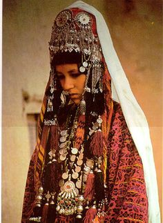 Portrait of a woman from north Afghanistan, traditional wedding costume. Costume Tribal, Folk Costume, Tribal Dress, Costumes, 3d Foto, Tribal People, Central Asia, Traditional Dresses, Traditional Wedding