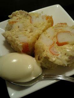Pastel de palitos de cangrejo 5 huevos,400 gr de palitos de cangrejo 1 bote de leche ideal ,1 lata de atún  sal y pimienta Preparación Partir los palitos de cangrejo en trozos pequeños, mezclar con el atun, la leche ideal, los huevos batidos, sal y pimienta. Ponerlo en un molde untado con mantequilla 15 minutos al microondas Fish Dishes, Seafood Dishes, Fish And Seafood, Seafood Recipes, Tapas, Egg Recipes, Cooking Recipes, Spanish Dishes, Salty Foods