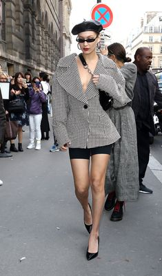 Bella Hadid à la Fashion Week printemps-été 2018 à Paris