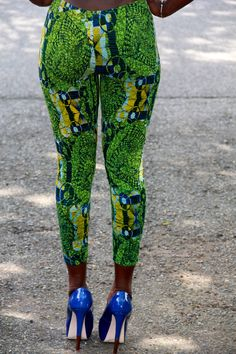 Love the African Print Clothing. Great tushie too. African Inspired Clothing, African Print Clothing, African Print Fashion, Fashion Prints, African Prints, African Clothes, Women's Fashion, African Shop, African Wear