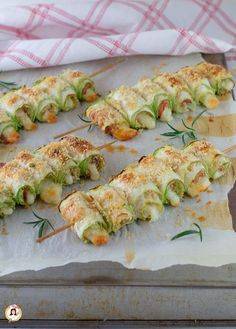 Baked courgette rolls - Skewers with ham and f .-Involtini di zucchine al forn. Baked courgette rolls - Skewers with ham and f . Meat Recipes, Cooking Recipes, Healthy Recipes, Salade Healthy, Party Sandwiches, Good Food, Yummy Food, Food Humor, Savoury Dishes