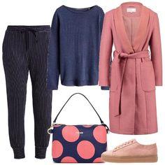 Must di stagione il cappotto rosa è qui, proposto sui pantaloni baggy blu a righe, la semplice maglia, le sneakers scamosciate e la borsa a bolli blu e rosa.