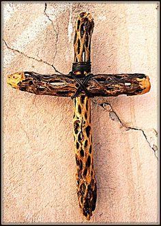 Cruz de el cardenche  el cardenche es una variedad de cactus de el desierto y al secarse deja estos pequeños troncos de madera , cada orificio fue una espina