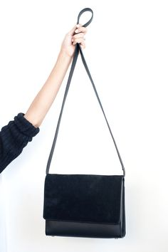 Minimalism Style Tips Everlane Office Tour Everlane Petra Crossbody. Minimalist Bag, Minimalist Dresses, Fashion Bags, Fashion Shoes, Fashion Accessories, Parisienne Chic, Style Classique, Black Purses, Minimal Fashion