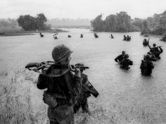 Paratroopers of the U. Battalion, Airborne Brigade hold their weapons above water as they cross a river in the rain during a search for Viet Cong positions in the jungle area of Ben Cat, South Vietnam, during Vietnam War, on Sept. Vietnam War Photos, North Vietnam, Vietnam Veterans, Saigon Vietnam, Vietnam History, Reporter Photographe, Indochine, Steve Mccurry, Robert Capa