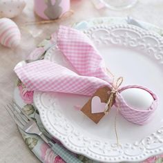When you're getting ready for a big Easter gathering, you probably don't have time to do a lot of complicated, origami-like napkin folds. This one is quick, easy and absolutely delightful! Click the picture for more Easter ideas and inspiration from Pier Easter Table Settings, Easter Table Decorations, Easter Brunch, Easter Party, Diy Osterschmuck, Diy Ostern, Easter 2020, Napkin Folding, Deco Table