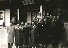백범과 함께 1946년 겨울 서울 우이동 화계사를 찾은 백범 김구 선생(앞줄 중절모 쓴 이)과 장준하 선생(백범 선생 오른쪽 뒤로 둘째줄 안경 쓴 이)이 기념사진을 찍고 있다.