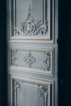 . Chalk Paint Makeover, Home Interior Design, Ceiling Design, Door Design, Apartment Interior Design, Door Design Interior, Wall Molding Living Room, Wall Molding, Ceiling Design Bedroom