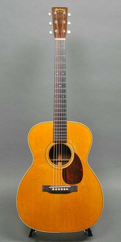 Martin OM-28 (1930) : Small pickguard. Herringbone trim. Adirondack Spruce top, Brazilian Rosewood back & sides.