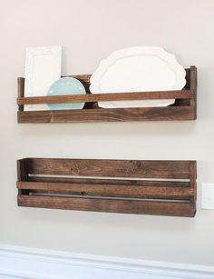Ideas For Diy Kitchen Rack Small Apartments Wooden Plate Rack, Plate Rack Wall, Diy Plate Rack, Plate Shelves, Kitchen Rack, Diy Kitchen Storage, Diy Wood Projects, Woodworking Projects, Teds Woodworking